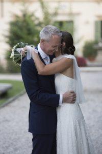 matrimonio-lara-charles-sposi-abbracciati