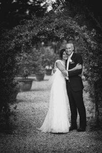 matrimonio-lara-charles-sposi-giardino