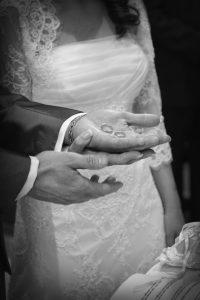 anelli-fedi-mani-sposi