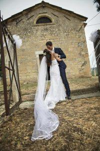bacio-sposi-cerimonia-san-marco-valgatara