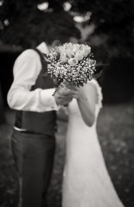 bouquet-fiori-sposi-bacio
