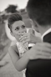 brindare-sposi-calice-vino-villa-cariole
