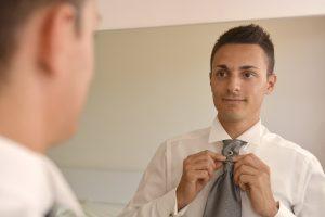 cravatta-sposo-specchio
