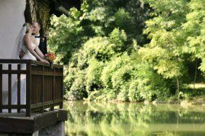 lago-balcone-sposi-natura-riflesso-bacio-villa-mosconi-bertani