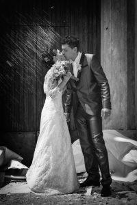 riso-sposi-bacio-chiesa