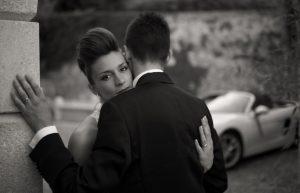 sguardo-sposa-macchina-matrimonio-abbraccio