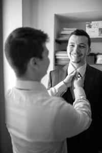 sorriso-sposo-cravatta-amico
