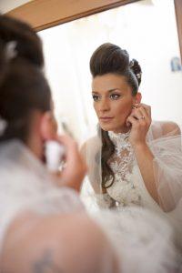 sposa-pizzo-specchio-orecchino-acconciatura