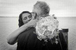 sposi-abbraccio-bouquet-punta-san-vigilio