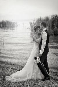 sposi-abbraccio-peschiera-del-garda