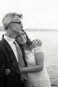 sposi-matrimonio-punta-san-vigilio-abbraccio