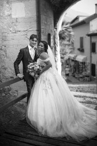 sposi-sguardi-borgo-italia