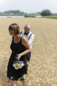 sposo-e-sposa-campo-di-grano