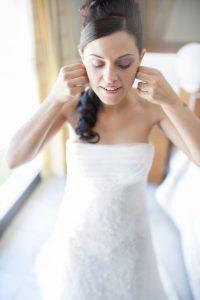 vestito-bianco-orecchini-sposa